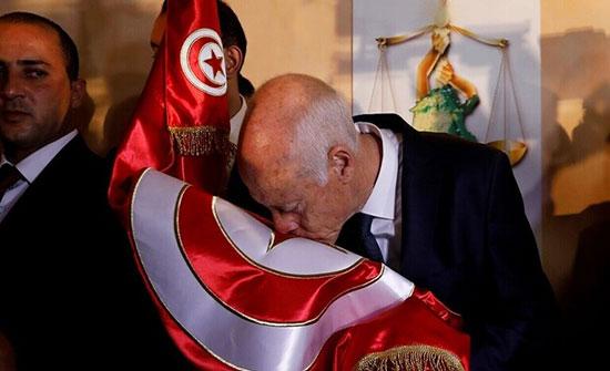 تداول صورة لافتة للرئيس التونسي الجديد وهو يقود سيارة قديمة بنفسه
