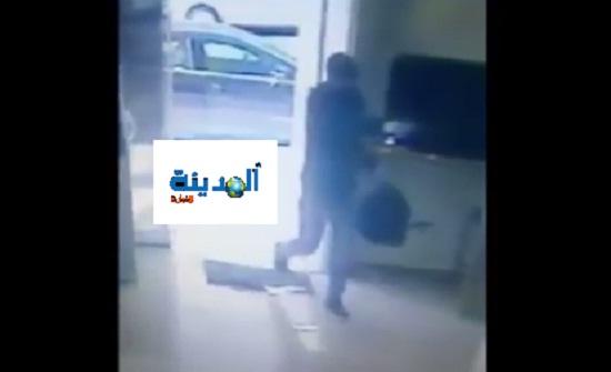 شاهدوا بالفيديو لحظة دخول منفذ السطو المسلح على البنك في عبدون