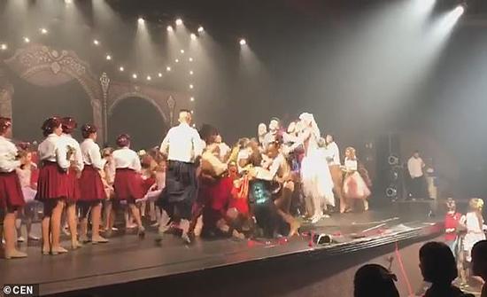 شاهد: نهاية غير متوقعة لحفل مجموعة من الراقصين في البرازيل