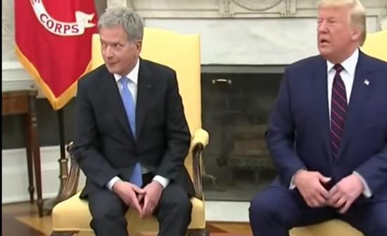 """شاهد: رد فعل الرئيس الفنلندي لتصرف """"ترامب"""" في لقاء رسمي بينهما"""