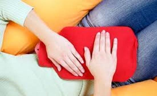 امرأة تستخدم الدورة الشهرية كمرطب للوجه وسقي الزرع