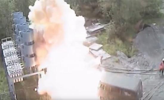 شاهد: نجا بأعجوبة بعد صعقة كهربائية بقوة 6 آلاف فولت