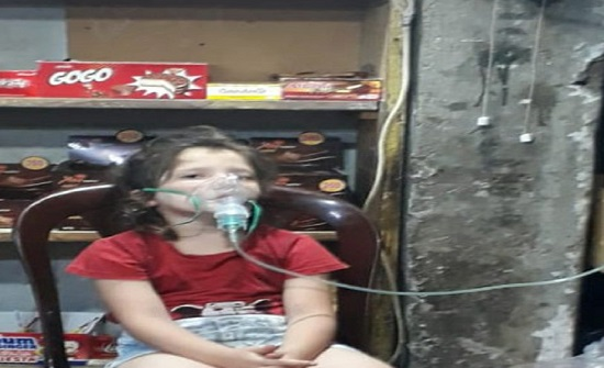 صورة صادمة لأسرة لبنانية تحاول إنقاذ حياة طفلتها من نوبة ربو