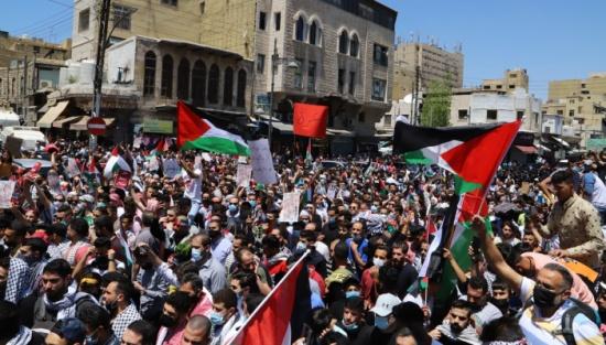 مسيرة تضامنية مع الشعب الفلسطيني من امام المسجد الحسيني