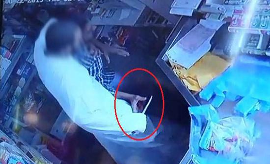 شاهد: سطو مسلح وخنق عامل وتهديده بسكين داخل بقالة في السعودية