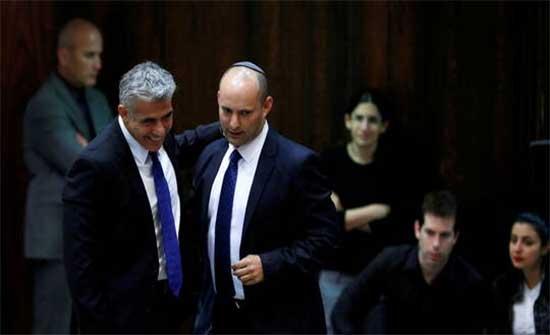 تقارير إسرائيلية: لابيد وبينيت يستأنفان المفاوضات الائتلافية ونتنياهو يعرض على ساعر اتفاق تناوب