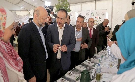 رئيس الوزراء يزور مهرجان الزيتون الوطني ويدعو لدعم منتجاته