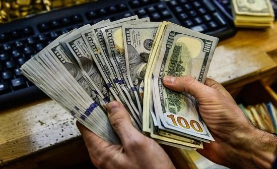 الدولار يتمسك بمكاسبه مقابل عملات منافسة