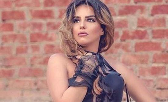 دنيا عبد العزيز بـ فستان قصير فى عيد ميلادها
