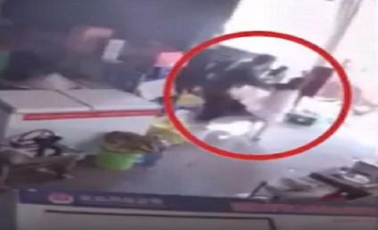 فيديو مروع.. شاهد كيف خاطَرَ أب صيني بحياته لإنقاذ طفلته؟
