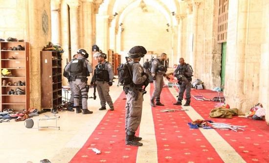 الاحتلال يقطع أسلاك مكبرات الصوت بالأقصى ويحاصر المصلى القبلي