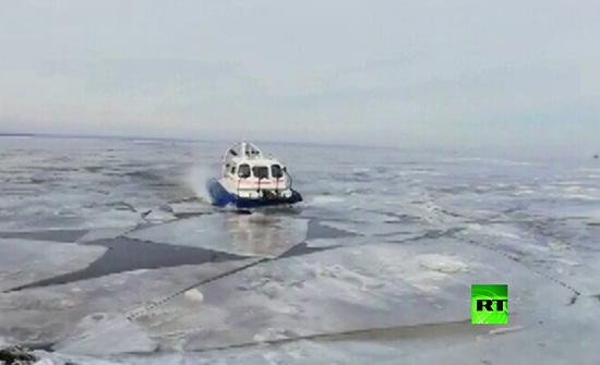 بالفيديو : إنقاذ 64 شخصا علقوا على جليد عائم في نهر بولشوي الروسي