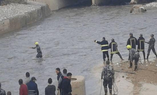 فيديو :انقاذ شخصين علقت مركبتهم داخل مجرى سيل الزرقاء