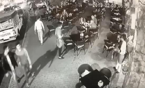 فيديو : طبيب أردني ينقذ سائحة اجنبية بالعقبة