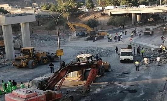 بالفيديو: لحظة سقوط وصلات جسر الباص السريع