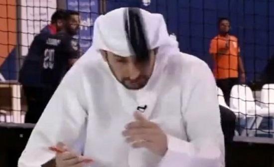 """شاهد بالفيديو.. لحظة اصطدام """"كرة"""" برأس محلل رياضي على قناة كويتية"""