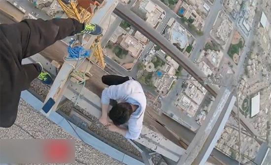 شاهد : شرطة الرياض: استدعاء متسلقي الرافعة.. والإجراءات النظامية تنتظرهم