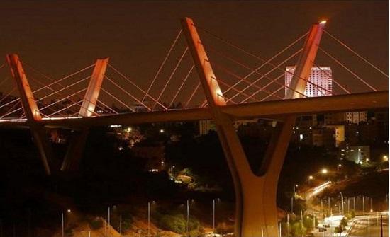 أمانة عمان تضيء جسر عبدون باللون البرتقالي