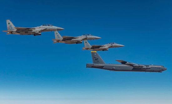 مناورات مشتركة بين المقاتلات السعودية والقاذفتين الأميركيتين بي-52