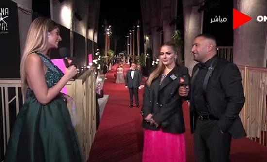 فيديو : زوجة السقا بظهور غريب : فستان وبدلة رجالي