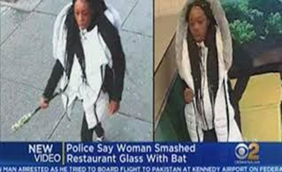 امرأة غاضبة تحطم نوافذ مطعم بعد نفاد وجبتها المفضلة (فيديو)