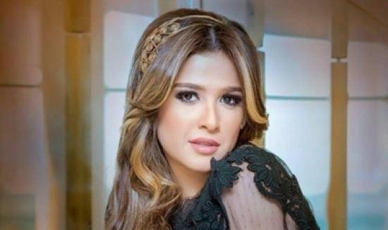 بتنورة قصيرة جدا ... أحدث ظهور لإبنة ياسمين عبد العزيز الشابة