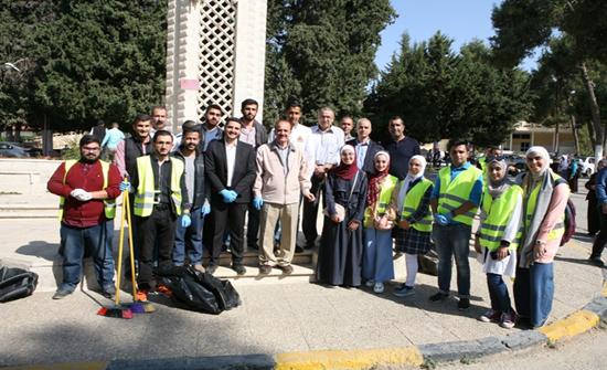 طلبة (الأردنية) يساندون عمال الجامعة في الحفاظ على نظافة بيئتها