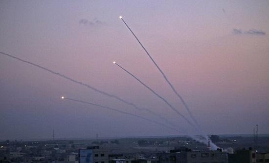 """فيديو : صواريخ المقاومة تدك أراضي """" إسرائيل """" من جديد"""