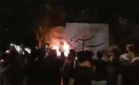 محتجون يحرقون مقر أحد مرشحي الانتخابات الرئاسية في ايران .. بالفيديو