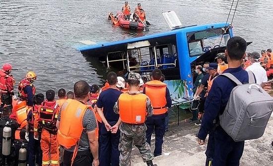 الصين: مصرع 21 شخصا بسقوط حافلة في بحيرة
