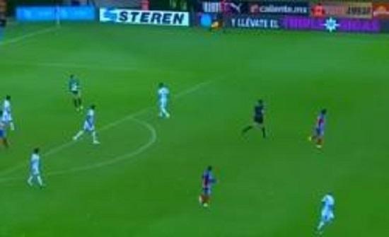 من أوّل الملعب إلى آخره.. حارس مرمى يسجّل هدفاً مذهلاً! (فيديو)