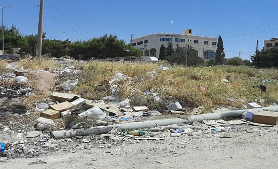 مواطنون يشكون من تراكم النفايات في شوارع وأحياء الكرك