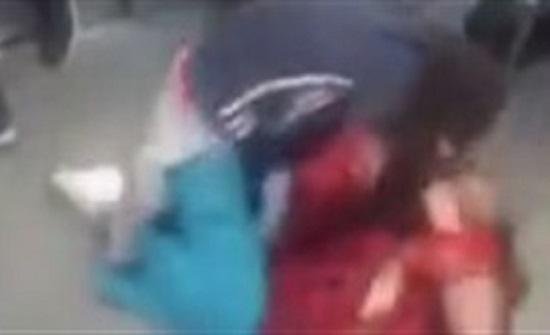 """امرأة تلقن زوجها """"علقة ساخنة"""" أمام طفلتهما داخل مترو (فيديو)"""
