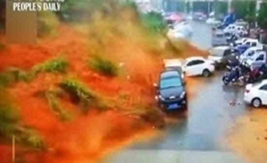 لقطات مروعة لانهيار أرضي قوي يثير الفوضى (فيديو)