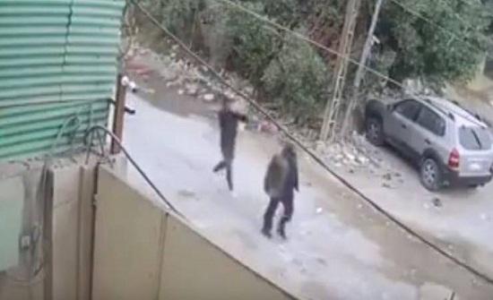 فيديو| شاب يقتل رجل مسن في الشارع بطريقة بشعة!