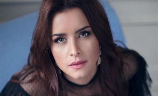 بشعر كيرلي.. نور اللبنانية بإطلالة تكشف جمالها على إنستجرام