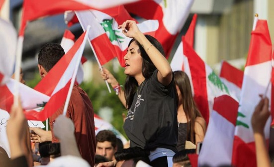 لبنانيون يعتصمون أمام سفارتهم بعمان