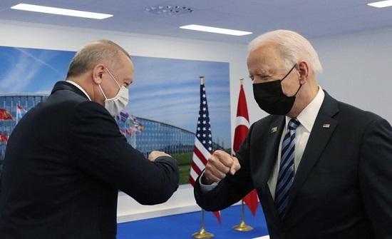 صورة أظهرت أردوغان كأنه يقبّل يد بايدن.. ما حقيقتها؟ (شاهد)