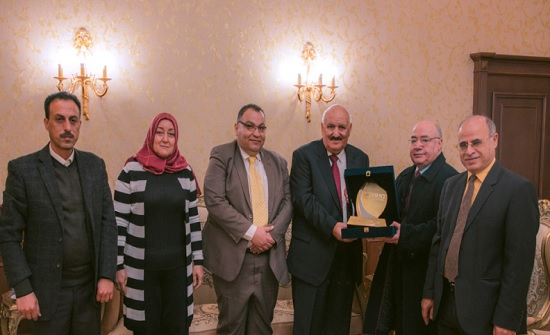 رئيس جامعة بدر المصرية يكرم رئيس مجلس إدارة شركة الزرقاء للتعليم والاستثمار