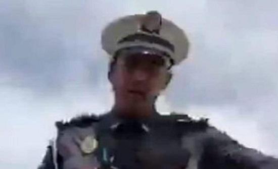 شاهد شرطي يعتدي بالضرب على فنان في المغرب