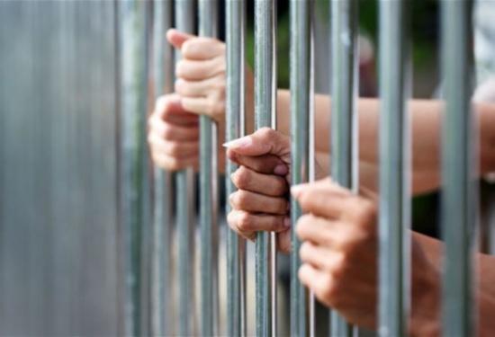 الزرقاء :  توقيف فتاة اعتدت بالضرب على حرس محكمة