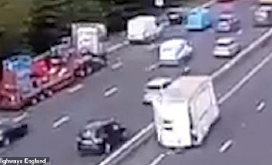 لحظة انفصال مقطورة عن شاحنة على طريق سريع  ..فيديو