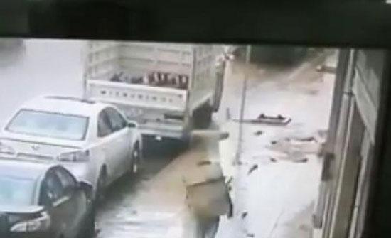 بالفيديو : شاهدوا كيف سقط حجر من عمارة على رأس شاب في عمان
