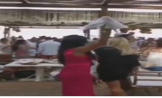 رقص مثير لـ رانيا يوسف بالمنديل على البحر (فيديو)