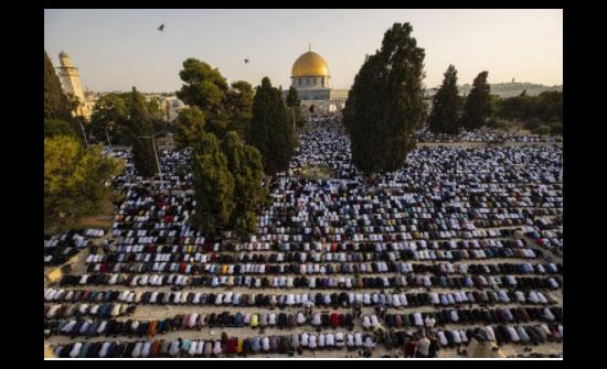 100 ألف فلسطيني  يؤدون الصلاة بالمسجد الأقصى