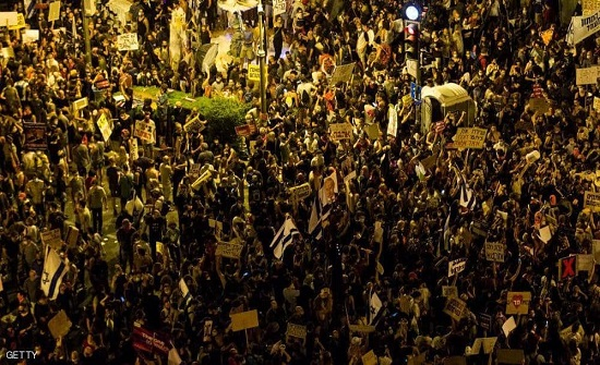 الآلاف يتظاهرون ضد نتانياهو أمام مقر إقامته