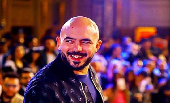 صورة : محمود العسيلي في حضن خطيبته