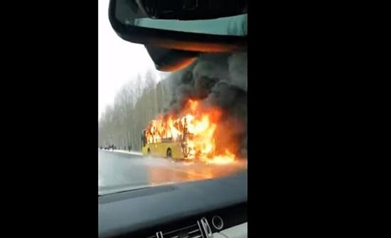 بالفيديو : احتراق حافلة ركاب بالكامل في روسيا