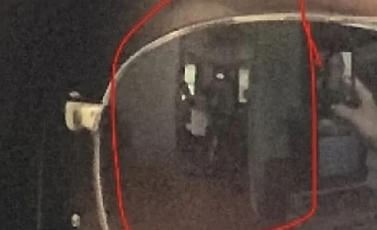 ظهور أشباح على نظارة فتاة أثناء التقاطها صورة سيلفي