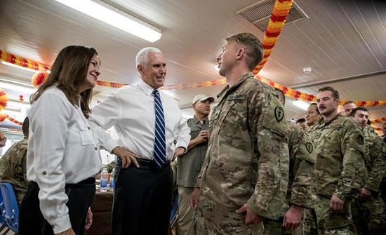 بنس يتفقد القوات الأميركية بالعراق ويستثني المسؤولين في بغداد